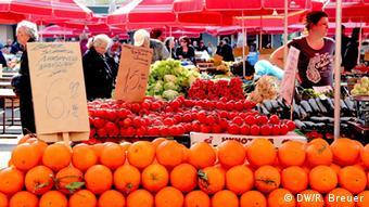 Obst- und Gemüsestände auf dem Wochenmarkt Dolac im Zentrum von Zagreb (Foto: DW/Rayna Breuer)