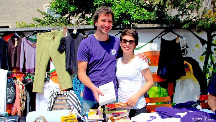 Marko und Marija stehen hinter ihrem Stand auf dem Flohmarkt (Foto: DW/Rayna Breuer)
