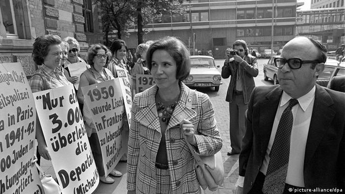 Beate Klarsfeld am Eingang zum Gericht in Köln am 26.06.1971, wo sie sich wegen der versuchten Entführung Lischkas verantworten muss (foto: dpa)