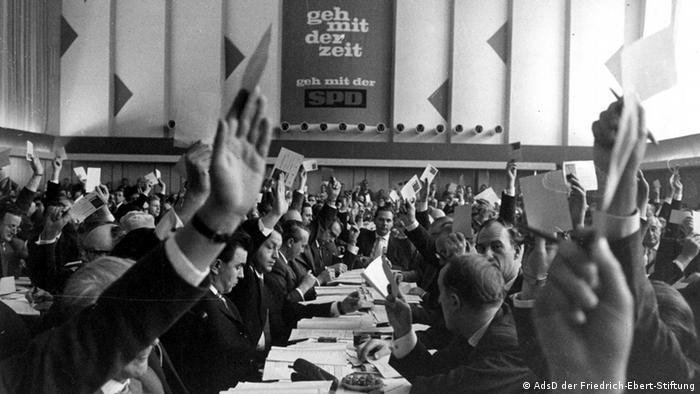 Delegierte auf dem SPD-Parteitag in Bad Godesberg 1959 halten Stimmzettel in die Luft und verabschieden das neue SPD-Grundsatzprogramm, Foto: © AdsD der Friedrich-Ebert-Stiftung