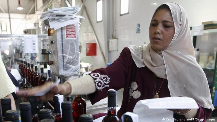 امرأة مصرية تعمل في مصنع