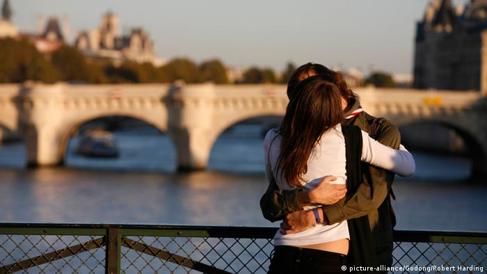 Liebespaar auf einer Brücke in Paris