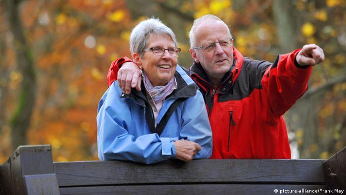 Ein verliebtes Rentnerehepaar in einem Park