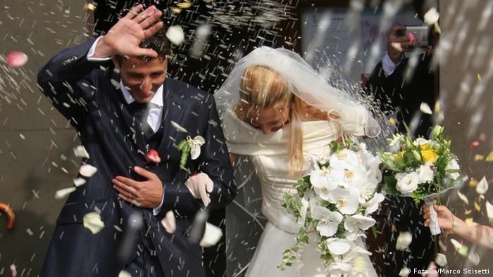 Ein Brautpaar im Blütenregen