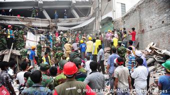 Das eingestürzte Rana Plaza Gebäude in Bangladesh. Hier ließen auch deutsche Textilunternehmen produzieren (Foto. Getty Images)