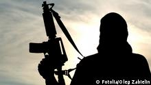 Silhouette of soldier with rifle soldier (Fotolia/Oleg Zabielin)