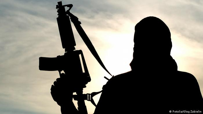 Silhueta de soldado com fuzil no Iraque