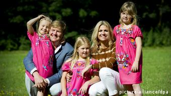 Dutch crown prince Willem-Alexander and his wife Maxima pose outside with their daughters Ariane (l), Amalia (center) und Alexia in Wassenaar in 2012. (Photo: EPA/ROBIN UTRECHT)