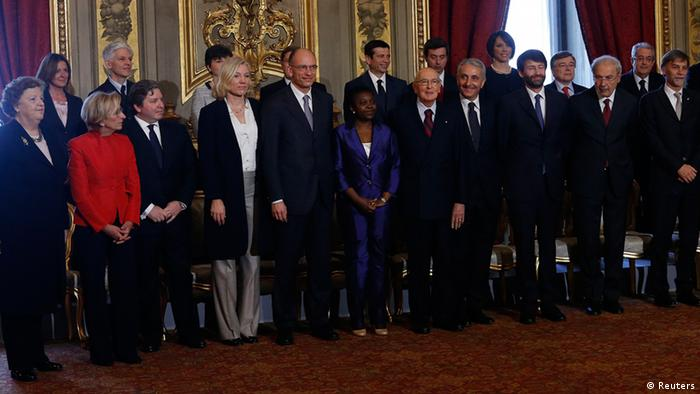 Italian President Giorgio Napolitano poses for a photo with the 21 newly sworn-in ministers on April 28, 2013 (Photo: REUTERS / Remo Casilli)