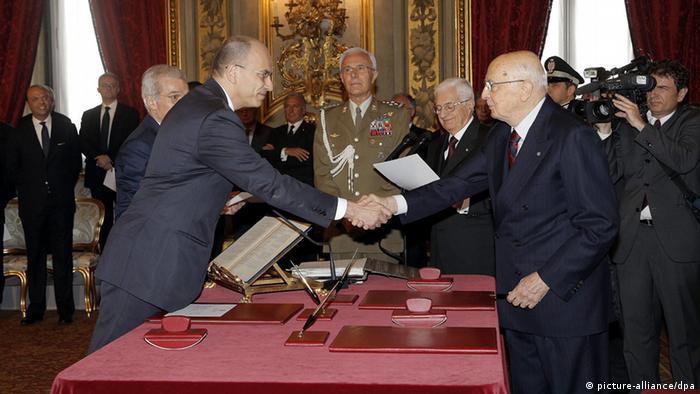 Italian Prime Minister Enrico Letta shakes hands with Italian President Giorgio Napolitano during the swearing-in ceremony on 28 April 2013 (Photo: EPA/GIUSEPPE LAMI)
