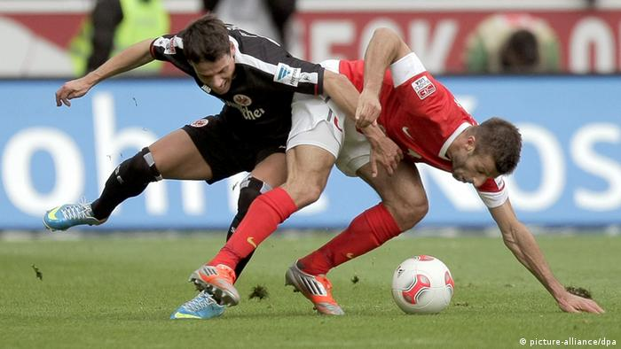 Mainz and Frankfurt players battle for the ball.
