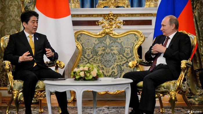 Премьер-министр Японии Синдзо Абэ и президент России Владимир Путин во время переговоров