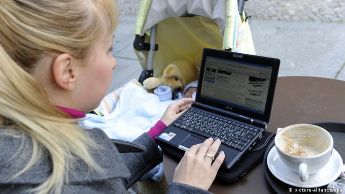Junge Mutter am Laptop (picture-alliance/dpa)