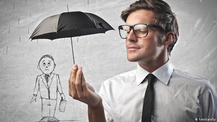 Ein Symbolbild: Ein Mann hält lächelnd einen kleinen Regenschirm über eine männliche Zeichenfigur, um diese vor dem Regen zu schützen