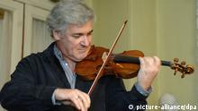 Israeli-born Canadian violinist Pinchas Zukerman performs on the 'ex-Vieuxtemps', a rare violin by Giuseppe Guarneri, bought by a Russian businessman at Sotheby's London in February 2008, during a concert in the Grand Hall of the Moscow State Tchaikovsky Conservatory, March 23, 2008. Photo: Grigory Sysoyev/ITAR-TASS +++(c) dpa - Report+++ pixel