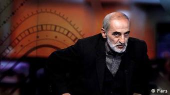 حسین شریعتمداری، نماینده ولی فقیه در مؤسسه کیهان، محمد خاتمی را مفسد فیالارض و وطنفروش خوانده است.