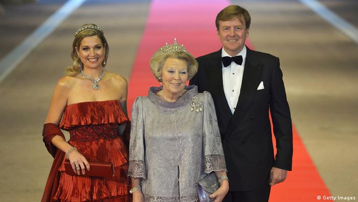 Queen Beatrix with willem-Alexander and Maxima (Photo by Robin Utrecht - Pool/Getty Images)