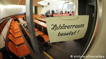 Looking through a glass window in the Munich court room where the trial will be held (c) Andreas Gebert/dpa +++(c) dpa - Bildfunk+++