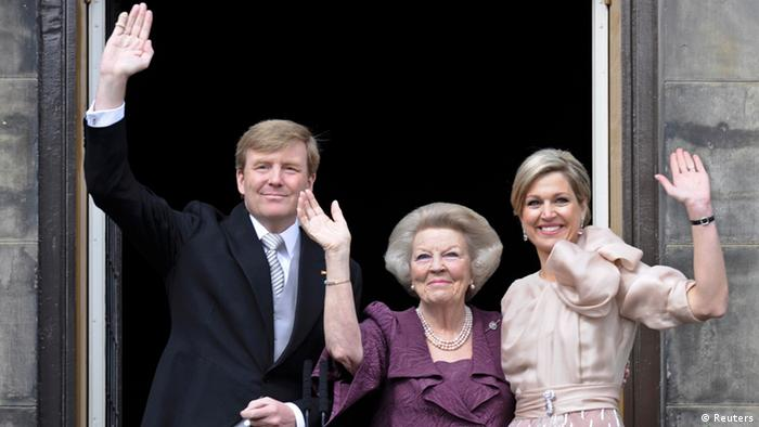 Princess Beatrix of Netherlands (C), her son, Dutch King Willem-Alexander (L) and his wife Queen Maxima wave to the crowd from the balcony of the Royal Palace in Amsterdam April 30, 2013. The Netherlands is celebrating Queen's Day on Tuesday, which will also mark the abdication of Queen Beatrix and the investiture of her eldest son Willem-Alexander. REUTERS/Paul Vreeker (NETHERLANDS - Tags: POLITICS ENTERTAINMENT ROYALS)