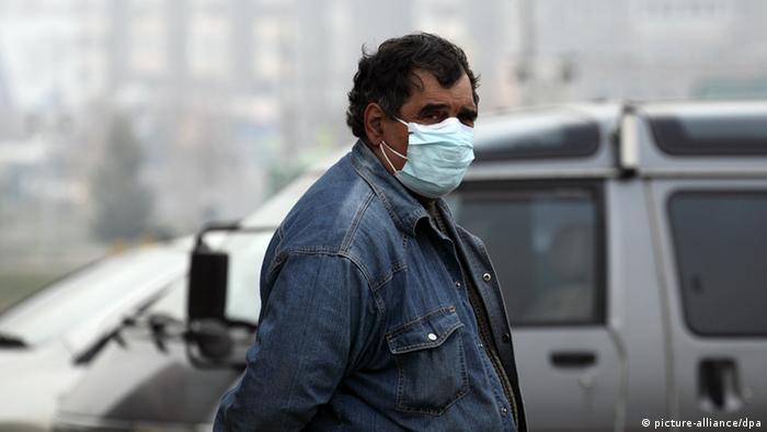Мужчина в городе Братске с повязкой на лице