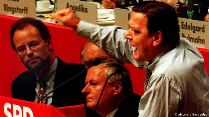 Rudolf Scharping, Johannes Rau, Oskar Lafontaine und Gerhard Schröder auf dem Mannheimer Parteitag 1995 kurz vor der Abwahl Scharpings als SPD-Vorsitzender durch die Kampfabstimmung mit Lafontaine, Foto: picture-alliance/dpa