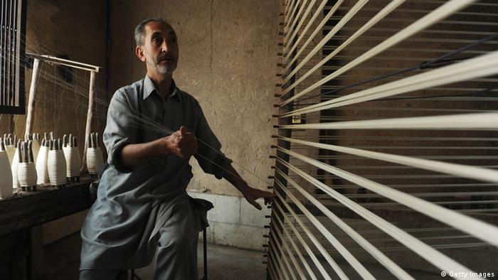 یک کارگاه ابریشم ریسی در هرات