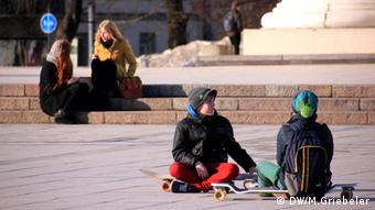Youn people sitting in the street in Vilnius (Photo: Monika Griebeler / DW)