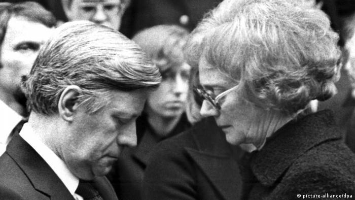 Bundeskanzler Helmut Schmidt kondoliert mit gesenktem Kopf der Witwe des von RAF-Terroristen entführten und ermordeten Arbeitgeberpräsidenten Hanns Martin Schleyer am 25.10.1977 auf der Trauerfeier in Stuttgart, Foto: Heinz Wieseler/dpa