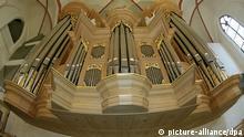 Das Archivbild vom 25.06.1998 zeigt die mit 67 Registern größte noch existierende Orgel des berühmten Orgelbauers Arp Schnitger in der Hamburger Jacobikirche. Bei der Kirchenmusik ist die Hansestadt weltweit führend. Mit 8 500 Chorsängern, 144 haupt- und 80 nebenamtlichen Organisten übertrifft die Hansestadt selbst Metropolen wie London oder Berlin. dpa/lno (zu lno-Korr: Hamburg feiert 'Bach 2000': Hansestadt ist Hochburg der Kirchenmusik vom 07.03.2000)