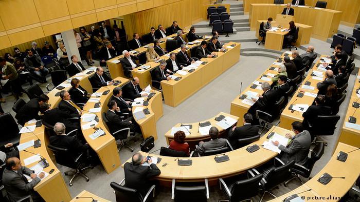 Zyperns Parlament stimmt über Spar- und Hilfsprogramm ab