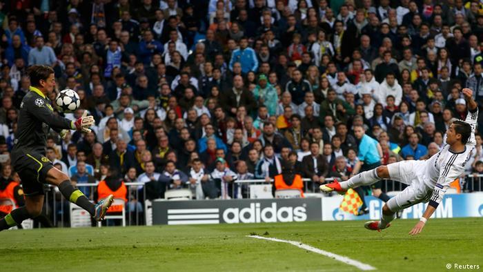 Borussia Dortmunds Torwart Roman Weidenfeller (L) pariert einen Schuss von Real Madrids Cristiano Ronaldo (R). (Foto: REUTERS/Juan Medina)