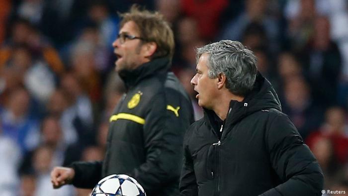 Jürgen Klopp (l.) und José Mourinho verfolgen angespannt eine Szene. (Foto: REUTERS/Sergio Perez)