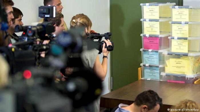 Cameras film the scene where seats for media representatives were decided in a lottery system (c) Peter Kneffel/dpa +++(c) dpa - Bildfunk+++