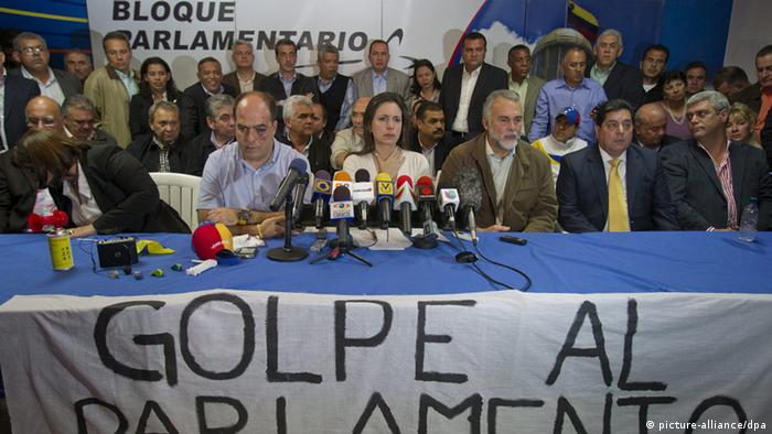 epa03683190 Venezuelan opposition deputies Julio Borges (C-L) and Maria Corina Machado (C), flanked by other opposition leaders, attend a press conference at the National Assembly facilities in Caracas, Venezuela, 30 April 2013. Sheet reads 'coup at parliament. Several opposition deputies were attacked at the National Assembly during a session that has been postponed. Opposition assembly members protested a proposal to barr them. EPA/BORIS VERGARA +++(c) dpa - Bildfunk+++