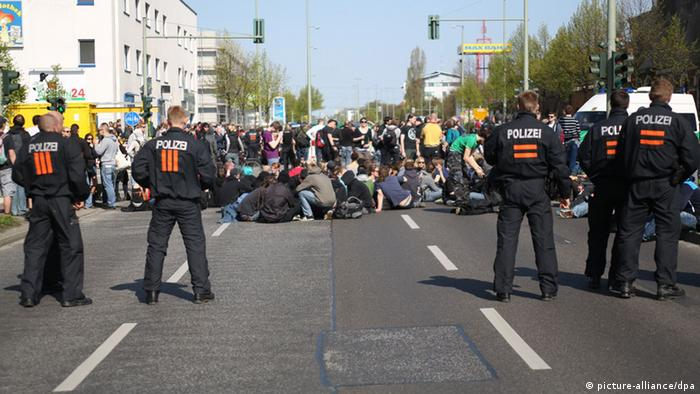 Aktivists block a rightwing parade on 01.05.2013 in the Berlin district of Schöneweide Foto: Florian Schuh/dpa