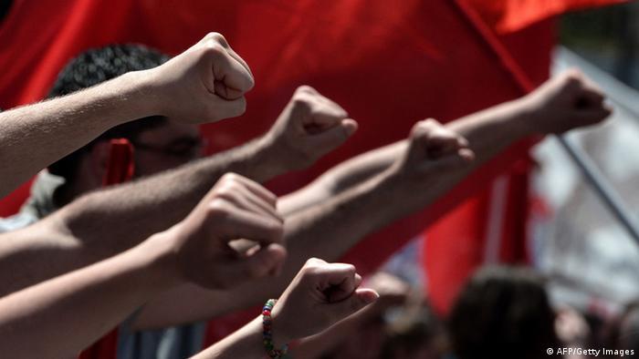 Foto simbolica de puños alzados en protesta