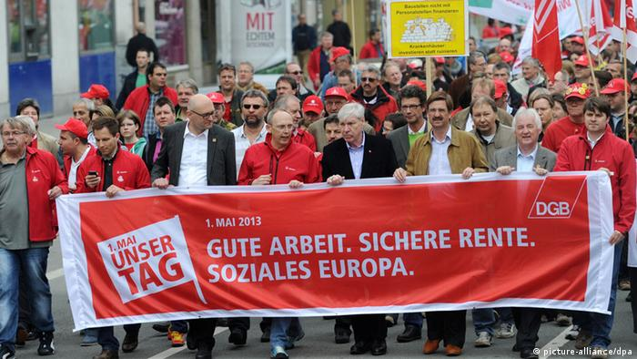 Michael Sommer, the head of Germany's DGB trade union federation in the middle of leading marchers - with dark suit - at Munich's May 1 rally. Photo: Tobias Hase/dpa +++(c) dpa - Bildfunk+++