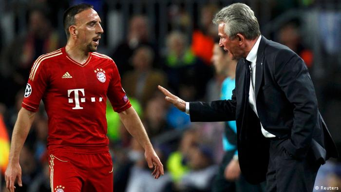 Bayern Munich's coach Jupp Heynckes discuss with Franck Ribery during their Champions League semi-final second leg soccer match against Barcelona at Camp Nou stadium in Barcelona May 1, 2013. REUTERS/Gustau Nacarino (SPAIN - Tags: SPORT SOCCER)