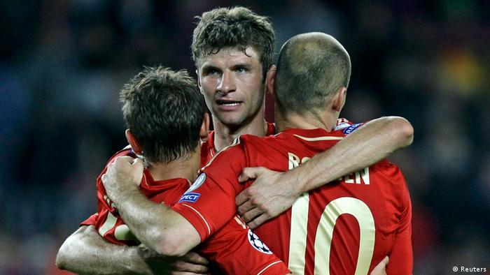 Bayern Munich's Rafinha, Thomas Mueller and Arjen Robben (L to R) celebrate after their Champions League semi-final second leg soccer match against Barcelona at Camp Nou stadium in Barcelona May 1, 2013. REUTERS/Gustau Nacarino (SPAIN - Tags: SPORT SOCCER)