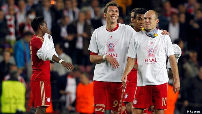 Bayern Munich's Mario Mandzukic and Arjen Robben celebrate after their Champions League semi-final second leg soccer match against Barcelona at Camp Nou stadium in Barcelona May 1, 2013. REUTERS/Albert Gea