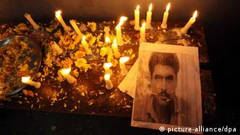 A portrait of Indian prisoner Sarabjit Singh lies next to lighted candles and flower petals during a tribute paying ceremony to him after he died at Jinnah hospital in Lahore, in Amritsar, India on 02 May 2013 (EPA/RAMINDER PAL SINGH +++(c) dpa - Bildfunk+++)