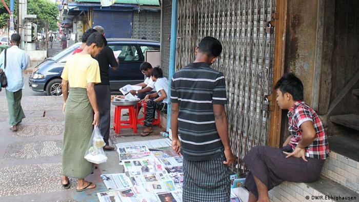 Ein improvisierter Zeitungskiosk in Yangon im Jahr 2013