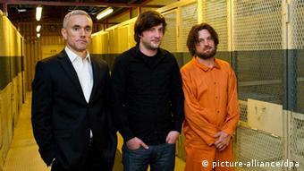 El director Stefan Schaller y sus actores: Ben Miles (izq.) y Sascha Alexander Gersak (der.).