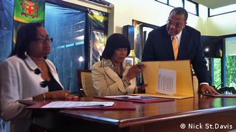 Stichwort: IWF kommt Jamaika zu Hilfe Woman sitting at desk Copyright: Nick St. Davis, DW Mitarbeiter, Jamaica, April 2013