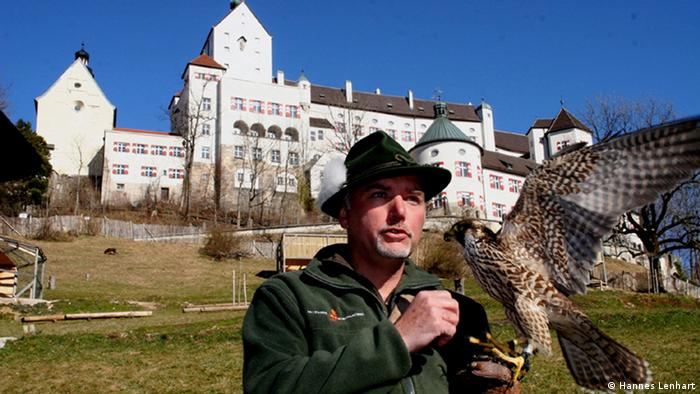 Man with a falcon at Burg Hohenaschau (Hannes Lenhart)