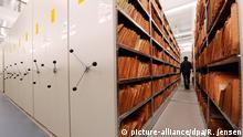 ARCHIV - Akten von inoffiziellen Mitarbeitern (IM) des Ministeriums für Staatssicherheit (MfS) lagern in der Stasi-Unterlagenbehörde in Berlin (Archivbild vom 11.01.2010). Behördenchef Roland Jahn habe keinen Auftrag, einen Plan zur Auflösung zu erarbeiten, sagte eine Sprecherin in Berlin. Foto: Rainer Jensen dpa/lbn (zu dpa lbn 0076 vom 07.05.2012) +++(c) dpa - Bildfunk+++