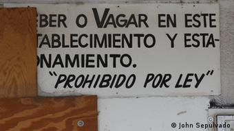 This sign in Spanish warns workers not to stay on the premises of this abandoned Laundromat. (Photo: DW/John Sepulvado)