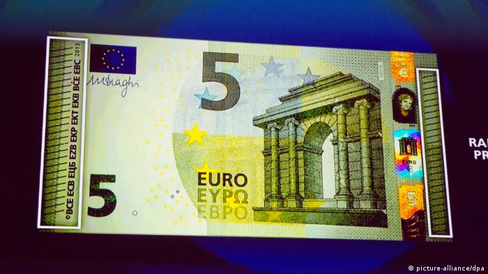 A copy of the new 5-euro bank note, displayed under UV lighting at the Archaeological Museum in Frankfurt, 10.01.2013. (Photo: Boris Roessler dpa)