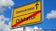 Ortschild mit der Aufschrift Demokratie / Diktatur #7454376 - - Fotolia.com Diktatur - Demokratie - Fotolia.com © seeyou | c. steps