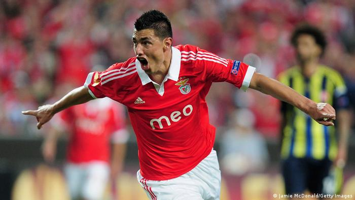 LISBON, PORTUGAL - MAY 02: Oscar Cardozo celebrates his goal for Benfica during the UEFA Europa League semi final second leg match between SL Benfica and Fenerbahce SK at the Estadio da Luz on May 2, 2013 in Lisbon, Portugal. (Photo by Jamie McDonald/Getty Images)